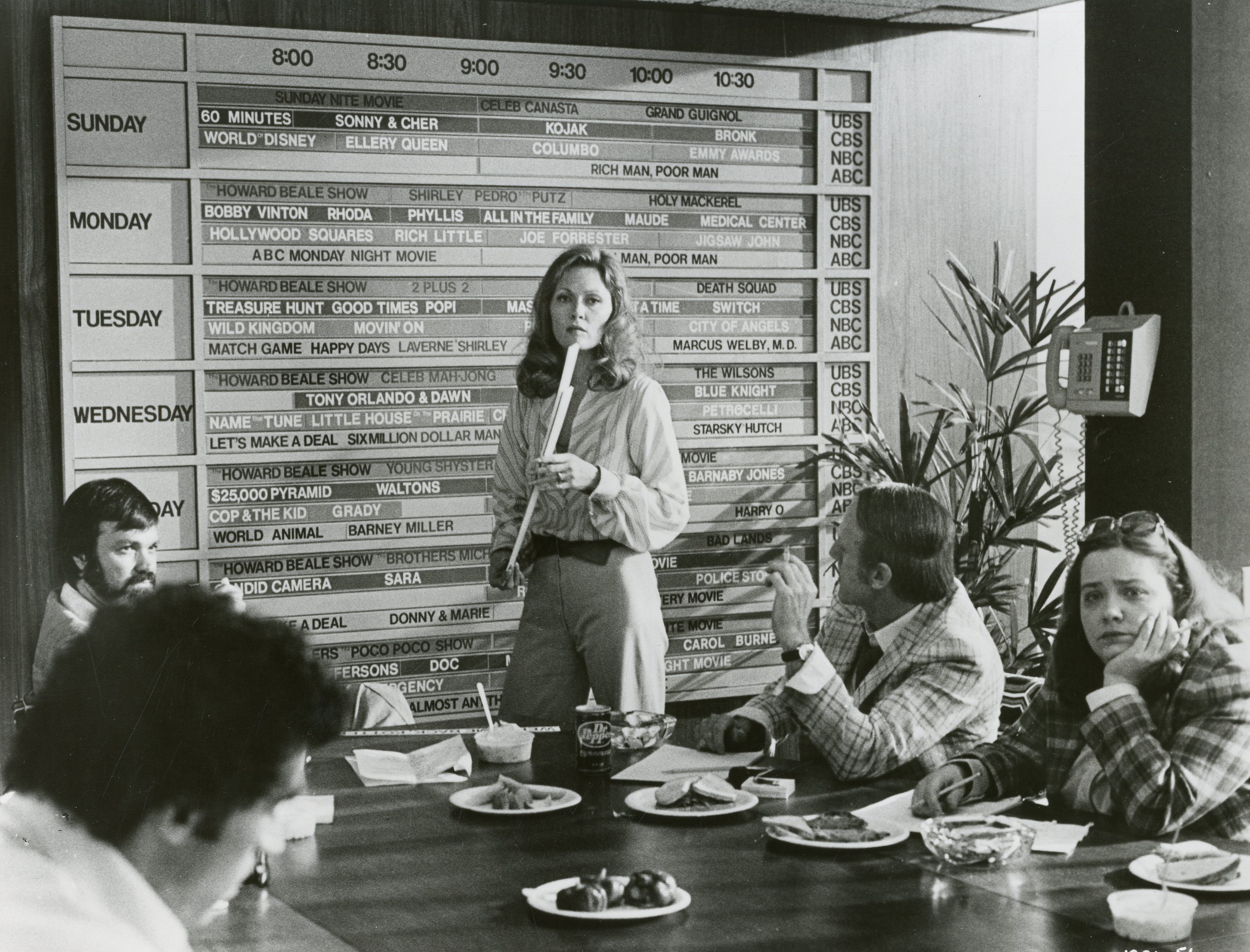 Faye dunaway network - Tv Executive Diana Christensen Faye Dunaway Leads A Planning Session